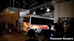 홍콩 민주화 운동가들이 홍콩보안법 위반으로 경찰서로 연행되고 있다.