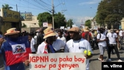 Police protesters hold a banner that says IGPNH (inspector general of police) you can't give what you don't have, Nov 17, 2019, Port au Prince. (Photo: M. Vilme/VOA)