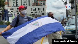 """Con banderas de Nicaragua invertidas, decenas de nicaragüenses se manifestaron en Costa Rica contra un """"combo de leyes"""" que impulsan los seguidores de Daniel Ortega. [Foto Armando Gómez/VOA]."""