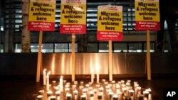 Lilin dan pesan-pesan solidaritas pada sebuah tempat di London untuk mengenang 39 migran yang tewas dalam truk.