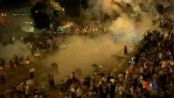2014-09-28 美國之音視頻新聞: 香港十多萬人抗議 警察發射催淚彈