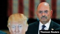 Trump e o seu director financeiro Allen Weisselberg (foto de arquivo)