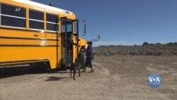 У Нью-Мексико шкільний автобус розвозить дітям з незаможних родин навчальні матеріали, їжу та одяг. Відео