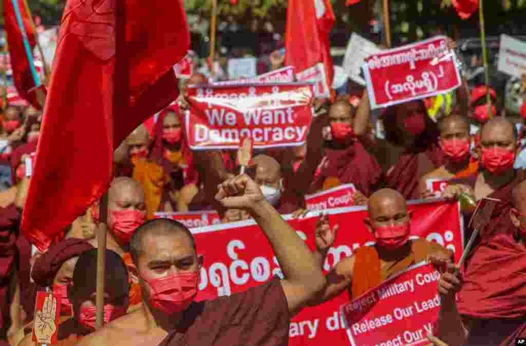미얀마 만달레이의 불교 승려들이 군부 쿠데타 반대 시위를 가졌다. 군부는 만달레이에 계엄령을 선포하고 시위를 금지했지만 쿠데타 저항 시위는 계속 확산되고 있다.