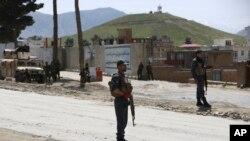 Seorang petugas keamanan berjaga di dekat lokasi ledakan di Kabul, Afghanistan, 29 April 2020. (Foto: dok).