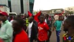Manifestation contre une taxe sur les réseaux sociaux en Ouganda (vidéo)