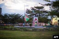 پرچم ملی بروندی به نشانه احترام به رئیس جمهور متوفی آن کشور به حالت نیمه افراشته درآمده است. ۸ ژوئن ۲۰۲۰