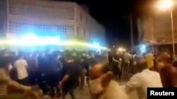 Aksi protes di tengah pandemi Covid-19 di Behbahan, Iran, 16 Juli 2020. (REUTERS TV/via REUTERS )