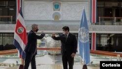 El Alto Comisionado para los Refugiados de las Naciones Unidas Filippo saluda al presidente de Costa Rica Carlos Alvarado, 10 de febrero de 2021. [Foto: Cortesía cancillería Costa Rica]