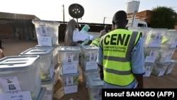 Les membres de la Commission électorale nationale indépendante (CENI) du Niger préparent les urnes et le matériel électoral avant de les envoyer aux bureaux de vote à la veille du second tour des élections dans le pays, à la Commune 2 de Niamey, le 20 février 2021.