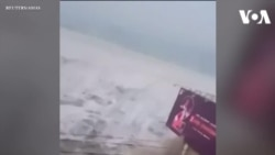 Khoảnh khắc sóng thần ập vào đảo ở Indonesia