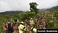 Socorristas remueven escombros de decenas de casas sepultadas por un alud en aldea de Quejá, San Cristóbal Verapaz, tras el paso de la tormenta tropical Eta en noviembre de 2020. Foto cortesía de @ConredGuatemala.