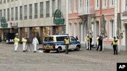 Polisi mengamankan lokasi terjadinya insiden di pusat kota Trier, Jerman hari Selasa (1/12).