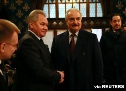 Libya Ulusal Ordusu Komutanı Halife Haftar Rusya Savunma Bakanı Sergey Şoygu ile Moskova'da görüşmeden önce tokalaşıyor, 13 Ocak 2020 (Rusya Federasyonu Dışişleri Bakanlığı/Reuters)