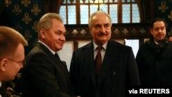 Wezîrê Berevanî yê Rûsya Sergei Shoigu û Xelîfa Heftar (Arşîv)