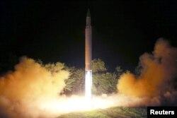 북한이 지난 2017년 7월 화성-14형 장거리 탄도미사일 발사에 성공했다며 공개한 사진.