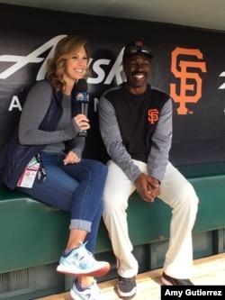 미국 NBC 스포츠 방송의 에이미 구티에레스 기자가 샌프란시스코 자이언츠의 션 던스턴 선수를 인터뷰하고 있다.