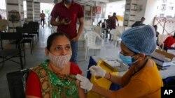 Una mujer es inoculada contra COVID-19 en un centro de vacunación en Ahmedabad, India, el 30 de julio de 2021.