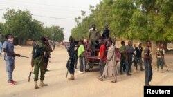 Naoružani lokalni dobrovoljci u Maiduguri, Nigerija, nakon napada militanata Boko Harama, 27. aprila 2018.