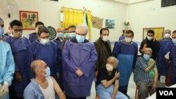 ایران با تاخیر به نسبت دیگر کشورها و حتی کشورهای همسایه، بالاخره واکسیناسیون سالمندان را آغاز کرد.