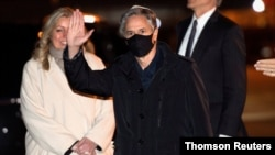 Državni sekrerar SAD Antony Blinken maše nakon izlaska iz aviona na aerodromu u Kopenhagenu, Danska, 17. mart 2021.