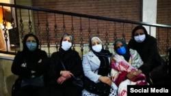 از راست: شهناز اکملی، مادر بهنام محجوبی، ناهید شیرپیشه، سکینه احمدی و اکرم نقابی