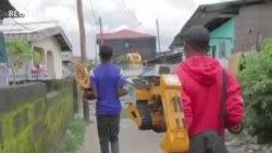 Un jeune Camerounais déplacé construit des jouets télécommandés