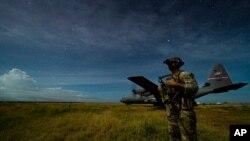 Un soldat américain assure la sécurité d'un avion d'escadron en Somalie, le 28 juin 2020.