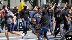 Demonstranti protiv obavezne vakcinacije u tuči sa učesnicima suprotnog skupa ispred gradske skupštine u Los Angelesu 14. avgusta 2021.