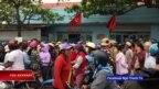 Hàng chục người dân địa phương biểu tình tại trụ sở Công an thị trấn Phan Rí Cửa, Bình Thuận, để phản đối việc công an gây thương tích cho Nguyễn Minh Kha, người tham gia vào cuộc biểu tình phản đối dự luật đặc khu hơn một tuần trước đó.