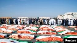 Les familles et les responsables font leurs derniers adieux aux soldats tués lors d'une attaque sur un camp militaire à la frontière entre le Niger et le Mali, Niamey, Niger, le 13 décembre 2019. (REUTERS/ Tagaza D.)