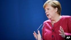 Nemačka kancelarka Angela Merkel daje izjavu za medije posle video konferencije sa gradonačelnicima nemačkih gradova na temu širenja koronavirusa, u Berlinu, 9. oktobra 2020. (Foto: AP)