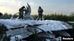 کارمندان آتشنشانی روی بدنۀ طیارهای که مجبور به نشست اضطراری شد