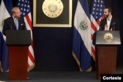 El embajador de Estados Unidos en El Salvador, Ronald Johnson junto al presidente de El Salvador Nayib Bukele durante el anuncio de la entrega. Foto cortesía embajada de EE.UU. en El Salvador.
