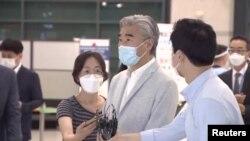"""성 김 미국 국무부 대북특별대표가 21일한국을 방문했다. 김 대표는 인천국제공항에서 취재진에 """"늘 그렇듯 서울에 돌아오니 좋다""""며 """"한국 정부 동료들과 매우 긴밀한 협의를 기대한다""""고 밝혔다."""