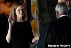 La jueza Amy Coney Barrett es juramentada como miembro de la Corte Suprema de EE. UU., en la Casa Blanca. Octubre 26 de 2020.