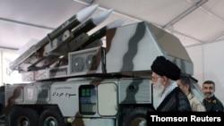 ایران کے رہبر اعلٰی آیت اللہ علی خامنہ ای ایران کے ائر ڈیفنس سسٹم کا معائنہ کر رہے ہیں۔