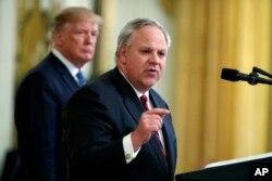 Presiden Donald Trump mendengarkan keterangan dari Menteri Dalam Negeri AS, David Bernhardt di gedung Putih, Washington, D.C., 8 Juli 2019.