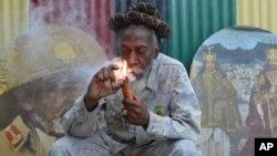 U Bunny Wailer ezibhemesa insango edolobheni le Kingston, Jamaica.
