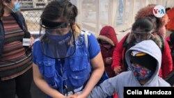Primer grupo de migrantes del programa de Protocolo de Protección de Migrantes accede a El Paso, Texas,por el puente internacional Paso Norte, acompañados por representantes de ACNUR, OIM y UNICEF el viernes 26 de febrero de 2021. [Foto VOA/Celia Mendoza]