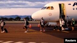 Sebuah pesawat yang membawa atlet rugby Selandia Baru tiba di Tamworth, Australia (3/5), sementara kedua negara berencana mencabut pembatasan perjalanan terkait Covid-19.