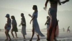 """คลายเครียดแนวใหม่ """"เต้นรำบำบัดเครียด"""" ริมชายหาดที่ลอส แองเจลิส"""