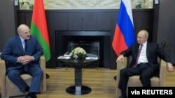 Presidente Vladimir Putin (dir) encontra-se com homólogo bielorusso Alexander Lukashenko em Sochi, Russia, 28 de Maio, 2021.