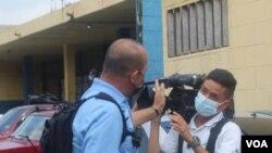 Agente policial de civil arremete contra camarógrafo de noticiero de Telecorporación Salvadoreña (TCS) fuera de perímetro de seguridad establecido durante cobertura en escena de crimen en San Salvador.. (Foto cortesía Diario El Mundo)