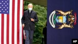 បេក្ខជនប្រធានាធិបតីសហរដ្ឋអាមេរិកលោក Joe Biden ខាងគណបក្សប្រជាធិបតេយ្យមកដល់កន្លែងសុន្ទរកថានៅក្រុង Grand Rapids រដ្ឋ Michigan ថ្ងៃទី២ ខែតុលា ឆ្នាំ២០២០។