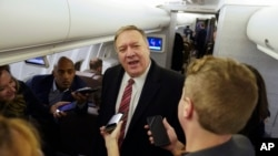 Menteri Luar Negeri AS Mike Pompeo berbicara kepada para wartawan di pesawat dalam perjalanan menuju London, 29 Januari 2020.