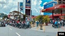Cola de motorizados para surtir gasolina en una estación de servicio al este de Caracas, Venezuela. Septiembre 11, 2020. [Foto: Carolina Alcalde - VOA]