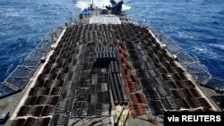 Hiljade komada oružja prikazano na palubi raketne krstarice USS Monterey. (Foto: Mornarica SAD)
