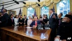 特朗普總統在白宮橢圓形辦公室會晤國際宗教迫害倖存者。(2019年7月17日)
