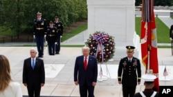 Predsednik SAD Donald Tramp i potpredsednik Majk Pens na ceremoniji polaganja venca na Spomenik neznanom junaku na Nacionalnom groblju u Arlingtonu (Foto: AP /Alex Brandon)